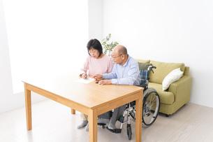 契約をする高齢の夫婦の写真素材 [FYI04712733]