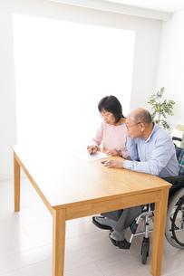契約をする高齢の夫婦の写真素材 [FYI04712734]