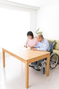 契約をする高齢の夫婦の写真素材 [FYI04712735]