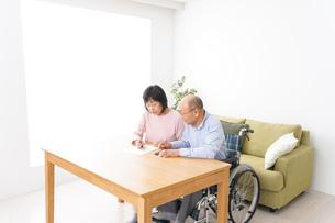 契約をする高齢の夫婦の写真素材 [FYI04712736]