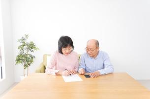 契約をする高齢の夫婦の写真素材 [FYI04712737]