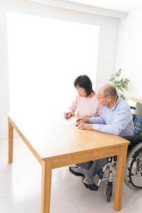 契約をする高齢の夫婦の写真素材 [FYI04712738]