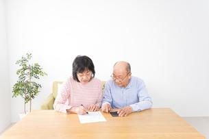 契約をする高齢の夫婦の写真素材 [FYI04712739]