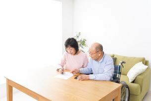 契約をする高齢の夫婦の写真素材 [FYI04712740]