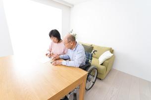 契約をする高齢の夫婦の写真素材 [FYI04712741]