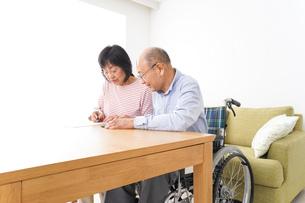 契約をする高齢の夫婦の写真素材 [FYI04712742]