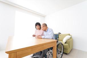 契約をする高齢の夫婦の写真素材 [FYI04712743]
