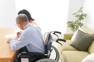 契約をする高齢の夫婦の写真素材 [FYI04712744]