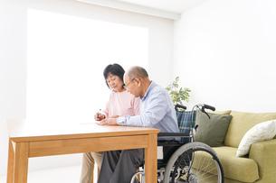 契約をする高齢の夫婦の写真素材 [FYI04712745]