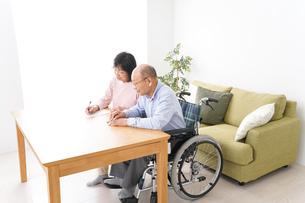 契約をする高齢の夫婦の写真素材 [FYI04712746]