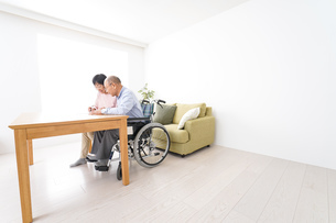 契約をする高齢の夫婦の写真素材 [FYI04712749]