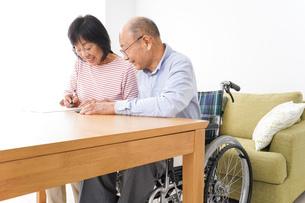 契約をする高齢の夫婦の写真素材 [FYI04712751]