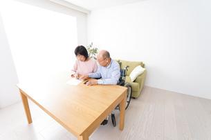 契約をする高齢の夫婦の写真素材 [FYI04712752]
