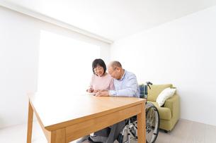契約をする高齢の夫婦の写真素材 [FYI04712753]