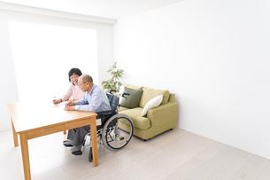 契約をする高齢の夫婦の写真素材 [FYI04712754]