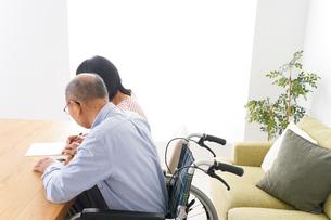 契約をする高齢の夫婦の写真素材 [FYI04712756]