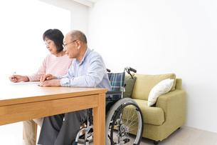 契約をする高齢の夫婦の写真素材 [FYI04712757]