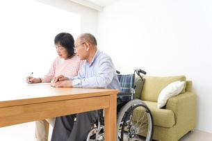 契約をする高齢の夫婦の写真素材 [FYI04712759]