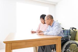 契約をする高齢の夫婦の写真素材 [FYI04712764]