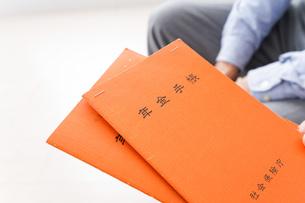 年金手帳を持つ高齢の夫婦の写真素材 [FYI04712851]