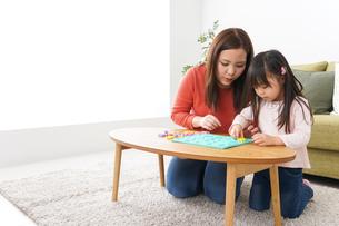 家で勉強をする親子の写真素材 [FYI04712855]
