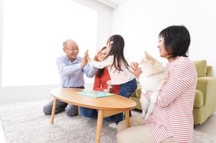 幸せな家族の集合写真の写真素材 [FYI04712912]
