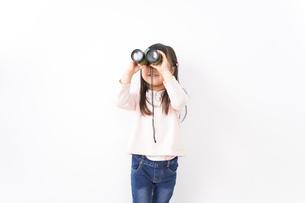 双眼鏡を使う子どもの写真素材 [FYI04712917]