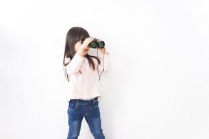双眼鏡を使う子どもの写真素材 [FYI04712922]