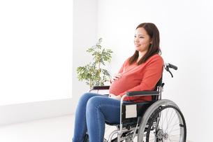 車いすに乗る妊婦の写真素材 [FYI04712923]