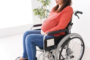車いすに乗る妊婦の写真素材 [FYI04712928]