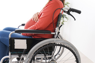 車いすに乗る妊婦の写真素材 [FYI04712936]