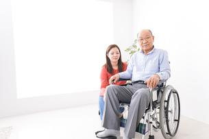 高齢者の介護をする女性の写真素材 [FYI04712949]
