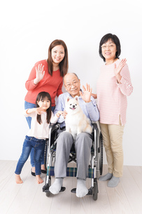 幸せな家族の集合写真の写真素材 [FYI04712966]