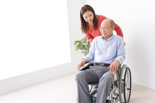 高齢者の介護をする女性の写真素材 [FYI04712970]