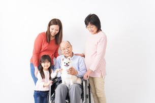幸せな家族の集合写真の写真素材 [FYI04712975]