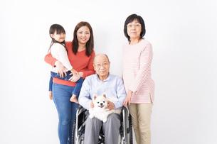 幸せな家族の集合写真の写真素材 [FYI04712980]