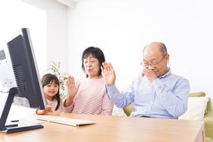 パソコンでテレビ電話をする高齢の夫婦の写真素材 [FYI04713007]