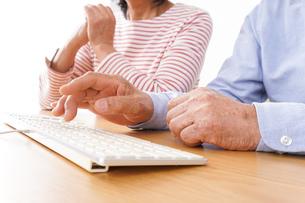 パソコンを使う高齢の夫婦の写真素材 [FYI04713010]
