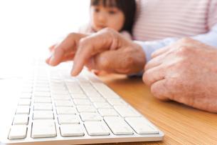 パソコンを使う祖父母と子どもの写真素材 [FYI04713011]