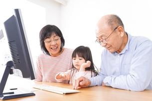 パソコンを使う祖父母と子どもの写真素材 [FYI04713019]