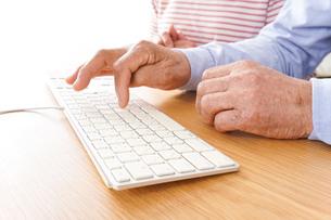 パソコンを使う高齢の夫婦の写真素材 [FYI04713020]