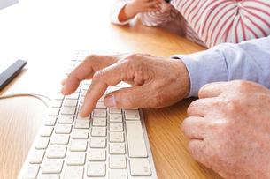 パソコンを使う高齢の夫婦の写真素材 [FYI04713021]