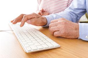 パソコンを使う高齢の夫婦の写真素材 [FYI04713022]
