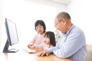 パソコンを使う祖父母と子どもの写真素材 [FYI04713023]