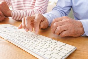 パソコンを使う高齢の夫婦の写真素材 [FYI04713024]