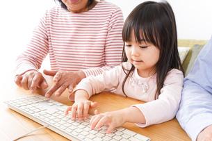 パソコンを使う祖父母と子どもの写真素材 [FYI04713027]