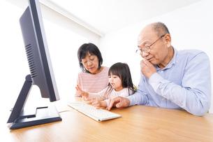 パソコンを使う祖父母と子どもの写真素材 [FYI04713028]