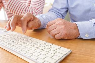 パソコンを使う高齢の夫婦の写真素材 [FYI04713029]