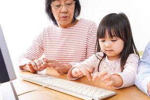 パソコンを使う祖父母と子どもの写真素材 [FYI04713030]