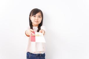 お祝いを渡す小さい子どもの写真素材 [FYI04713031]